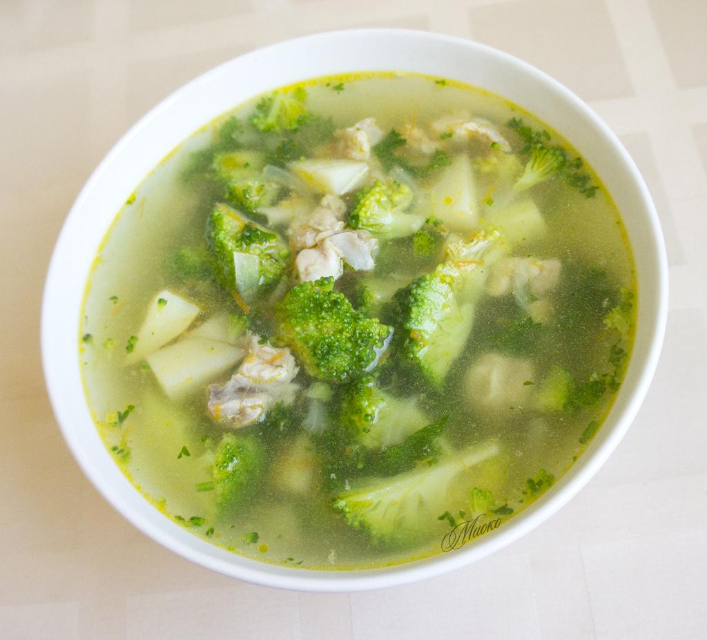 суп с брокколи и цветной капустой на курином бульоне