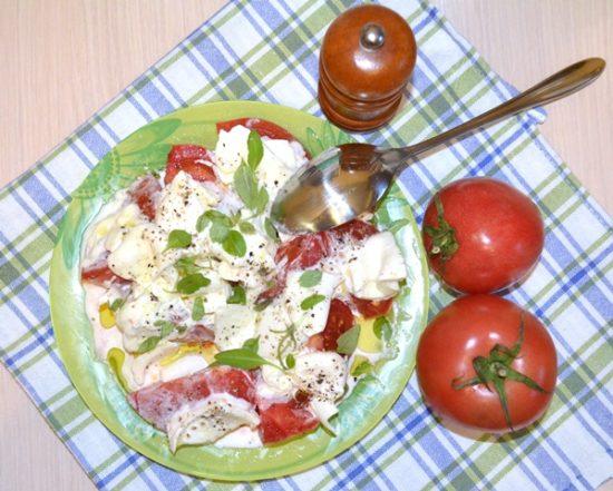 Салат из помидоров с сыром буррата.