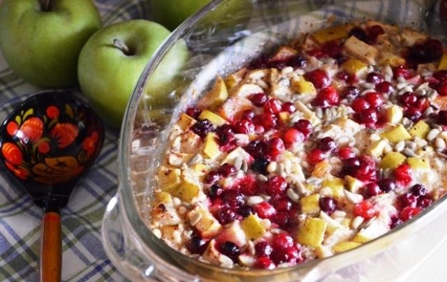 Овсянка, запеченная с фруктами и ягодами.