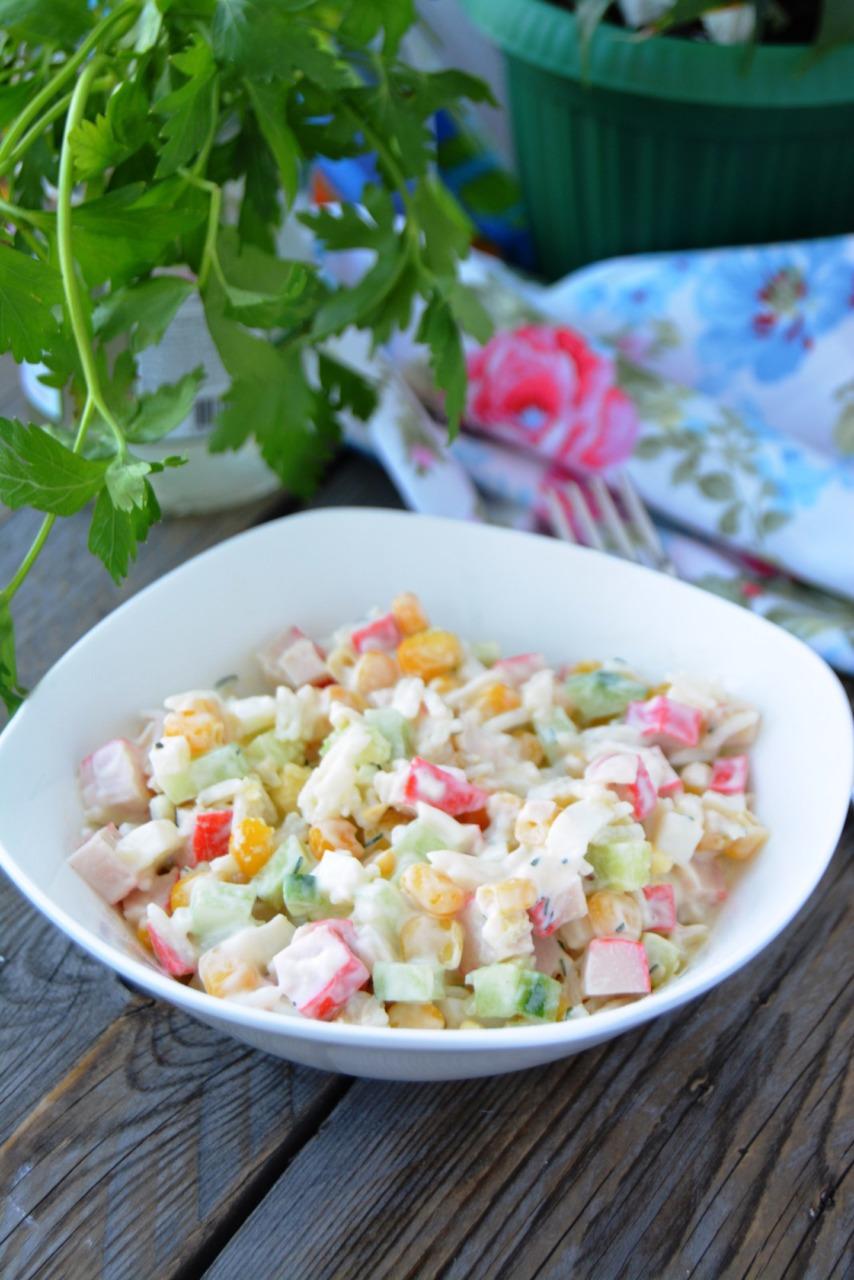 Рецепт салат из крабовых палочек с кукурузой и огурцом и рисом рецепт с