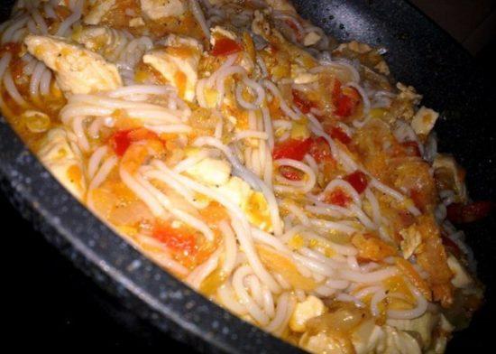Рисовая лапша с куриным филе в овощном соусе