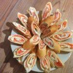 Блинные рулетики с творожным сыром и семгой