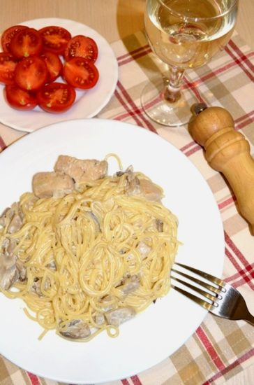 Паста с куриным филе и грибами в сливочно-винном соусе