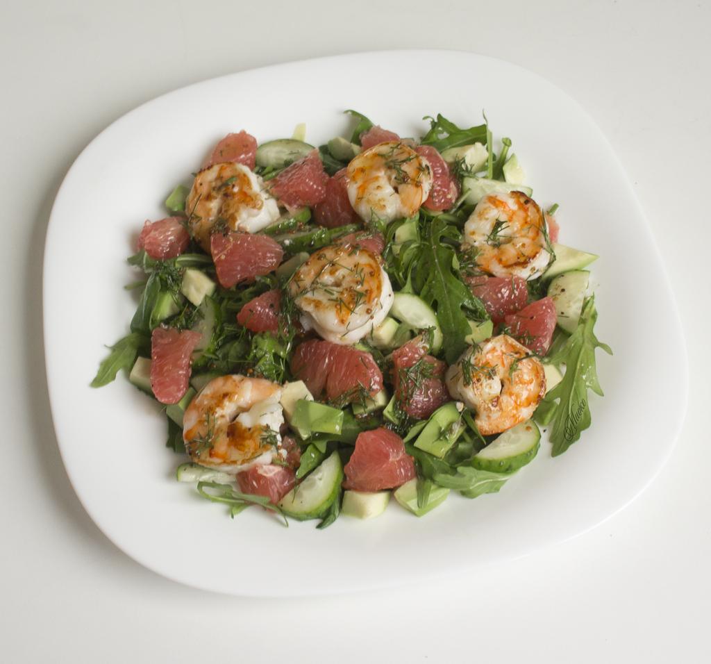 Салат из грейпфрута и авокадо с креветками