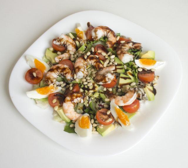Салат с креветками, авокадо и кедровыми орешками