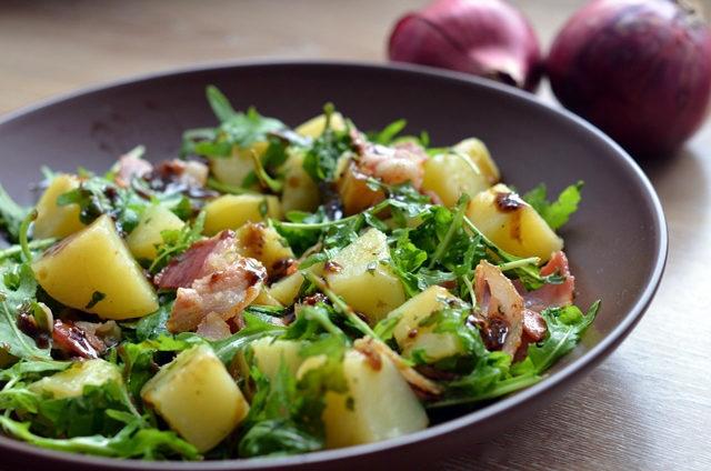Картофельный салат с рукколой и беконом