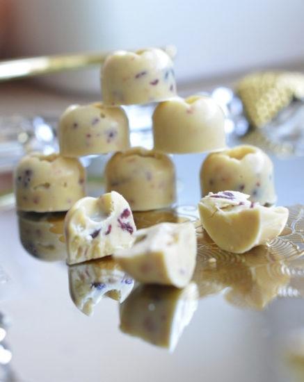 Конфеты из белого шоколада с кешью и вяленой клюквой