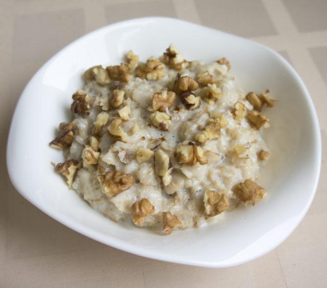 Овсянка с кленовым сиропом и грецкими орехами