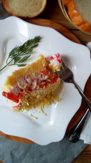 Слоёный салат с крабовыми палочками и сыром