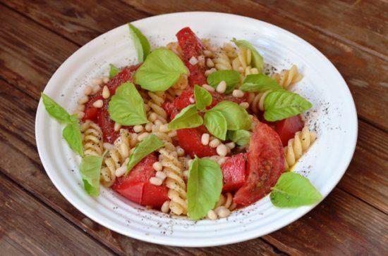 Салат из пасты с помидорами, базиликом, кедровыми орехами