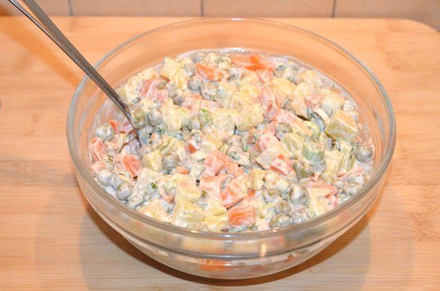 Салат из картофеля, моркови и горошка