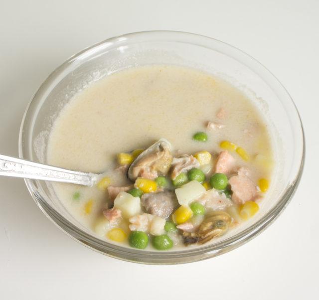 Острый суп из морепродуктов и красной рыбы с кокосовым молоком