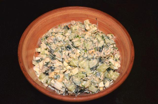 Легкий салат из курицы и свежих огурцов