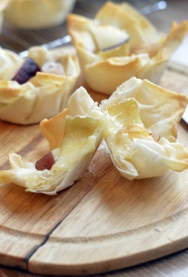 Запеченные персики с сыром бри в тесте фило
