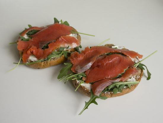 Бутерброды со сливочным сыром, рукколой и красной рыбой