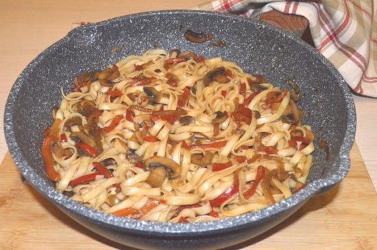Лапша в соусе терияки с шампиньонами и болгарским перцем