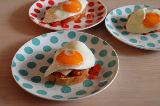 Сэндвич с сыром, помидором и яйцом