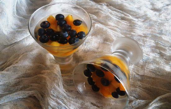 Летний десерт-желе со свежими ягодами, фруктами