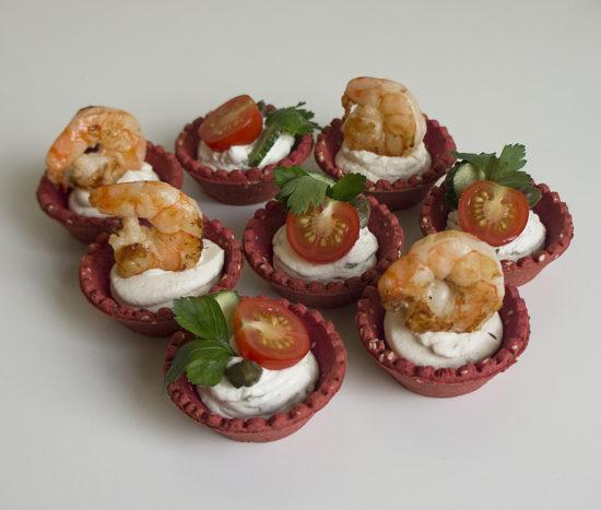 Тарталетки с начинкой из сыра с вялеными помидорами и с каперсами