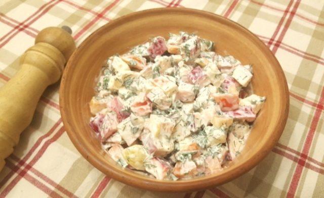 Грузинский салат с яблоками и перцем