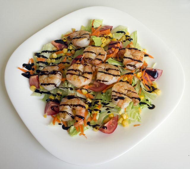 Салат с креветками, айсбергом и кукурузой