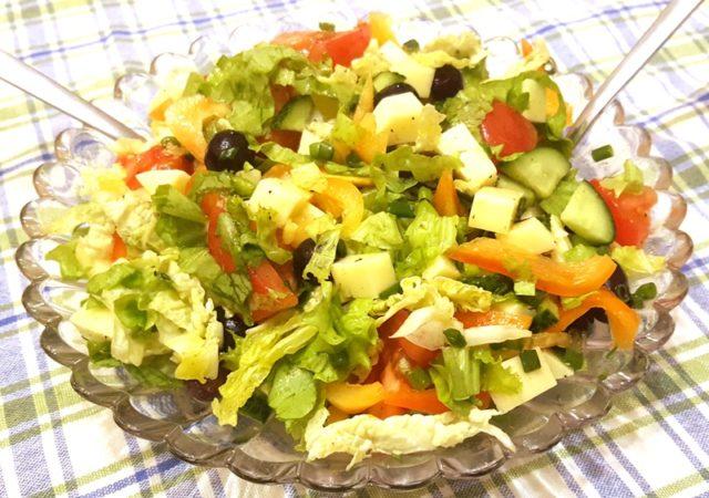 Салат со свежими овощами, сыром и виноградом