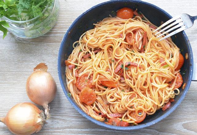 Макароны с сыром и колбаской в томатном соусе