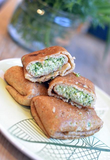 Ржаные блинчики с соусом из зеленого лука, сыра, творога и икры