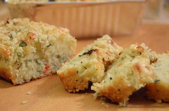 Кекс с луком и сыром