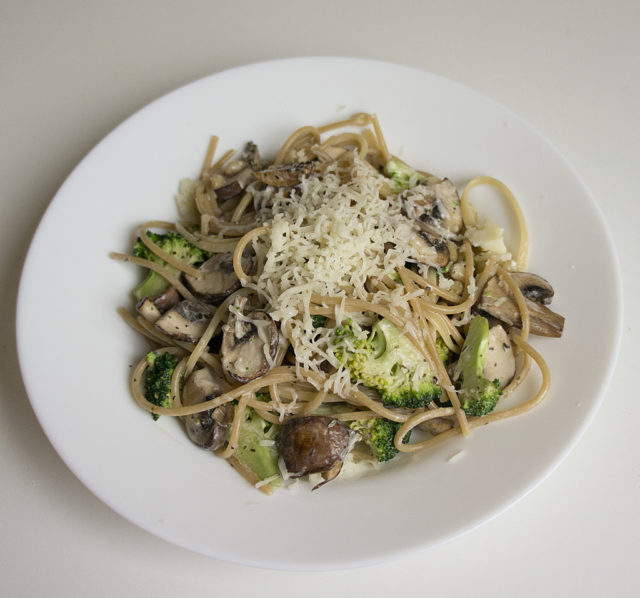 Паста с грибами и брокколи в сливочном соусе