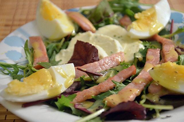Салат с руколой и копченой грудинкой