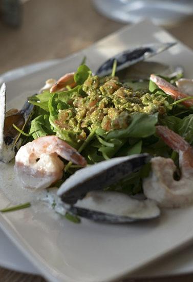 Салат с рукколой, креветками и мидиями в сливочном соусе
