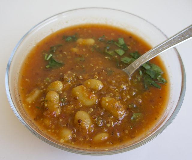 Густой суп из киноа и белой фасоли