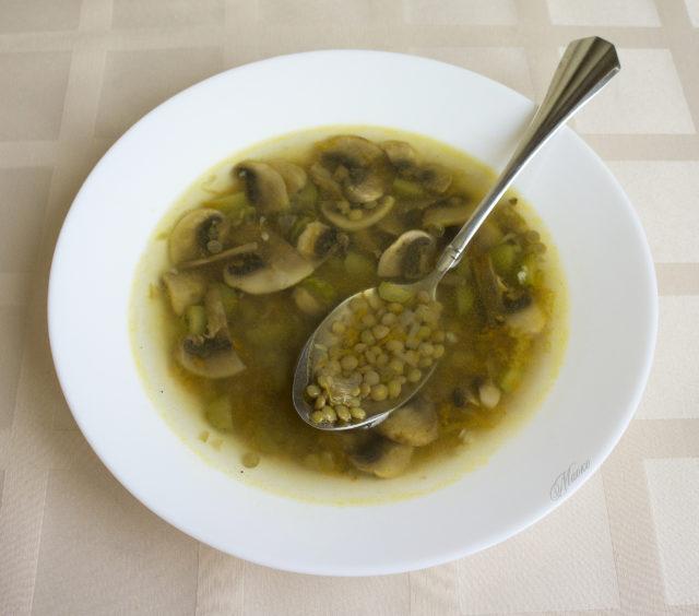 Постный суп с грибами и чечевицей