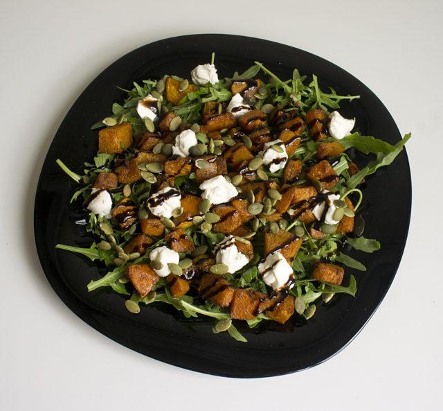 Салат из запеченной тыквы с рукколой и сливочным сыром