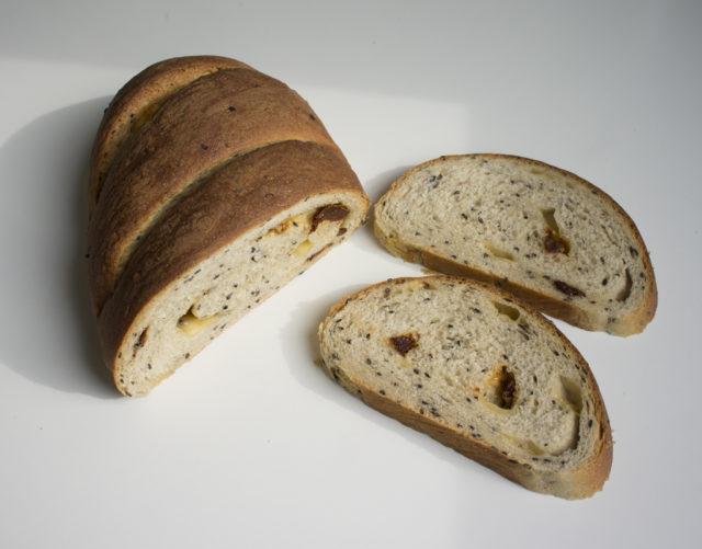 Хлеб с черным кунжутом, сыром и вялеными помидорами