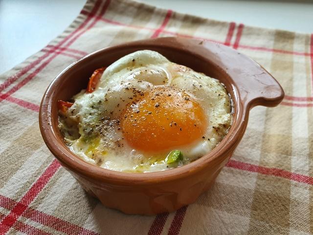 Яйца, запеченные с авокадо