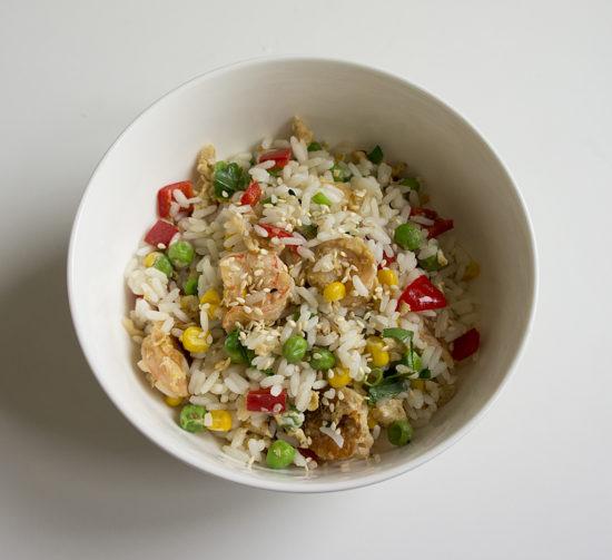Жареный рис по-тайски с яйцом и креветками
