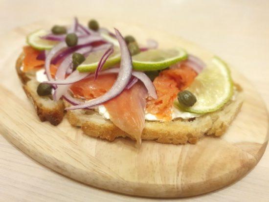 Smoked salmon sandwich (Сэндвич с копченым лососем по-канадски)