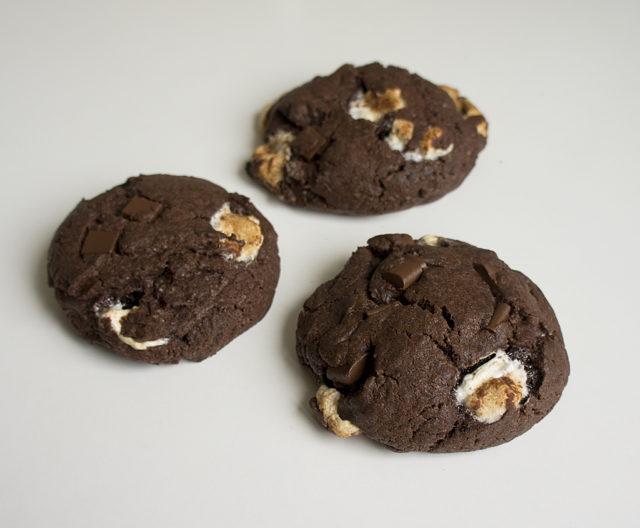 Шоколадное печенье с шоколадом и маршмеллоу