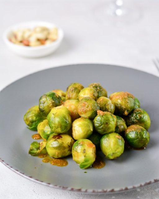 Брюссельская капуста с ореховым соусом