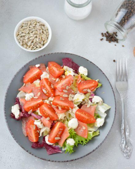 Салат с лососем, сливочным сыром и помидорами-черри