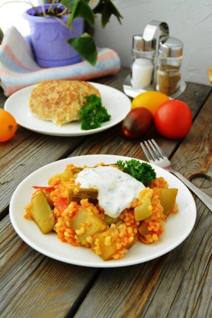Кабачок с рисом (булгуром) по-турецки с йогуртовым соусом